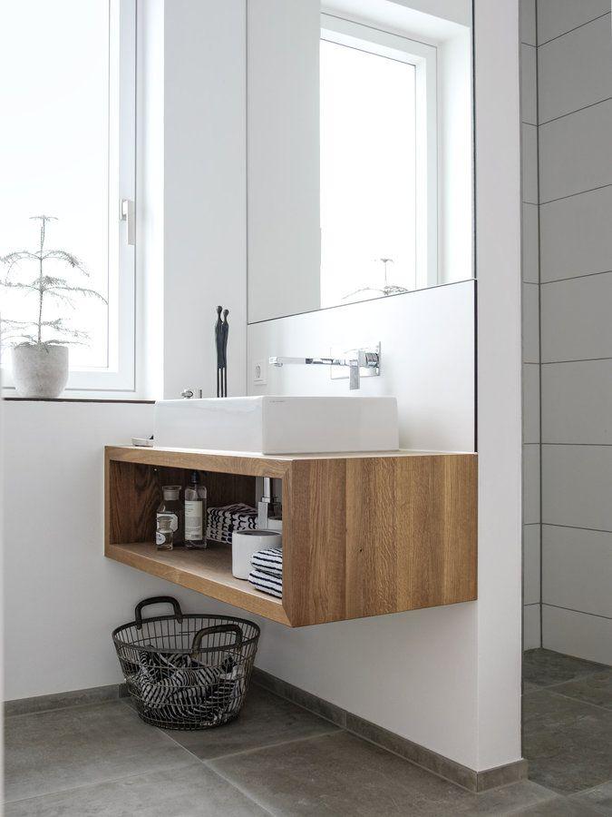 Z tego projektu bije przede wszystkim spokój. Przyzwyczajeni jesteśmy już do idealnego połączenia bieli z drewnem. To właśnie jeden z tych pomysłów charakterystycznych dla stylu skandynawskiego, który ceniony jest przez miliony ludzi na całym świecie. Dotyczy to rzecz jasna nie tylko północy. Szafki na miarę czy lustro sprzyjają stwierdzeniu, że ktoś dokładnie przemyślał każdy centymetr swojego domu. #łazienka #toaleta #skandynawia #drewno #biel ##szafka ##łazienkowa