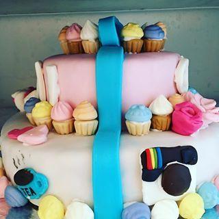 Fejring af fødselsdag er nu overstået. De dygtige piger, Maia og Olivia, har selv stået for pyntning af kagen. Så bliver man da lige en lille smule stolt  #kage #cake #fødselsdag
