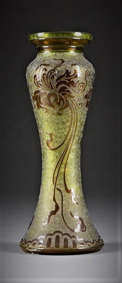 Val St Lambert - Vase en cristal jaune-absinthe doublé violet-évêque à fond vermiculé et gravé d'un décor floral - Création de Léon Ledru vers 1900 - H 29 cm.