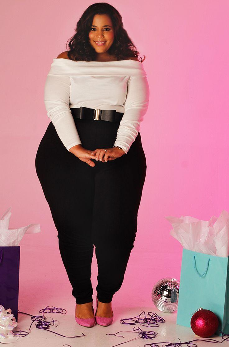 BBW Frau spielt mit ihren riesigen Kleiderbügeln
