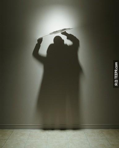 她真的把影子變成了她的奴隸,隨時為她成為牆上的生命。