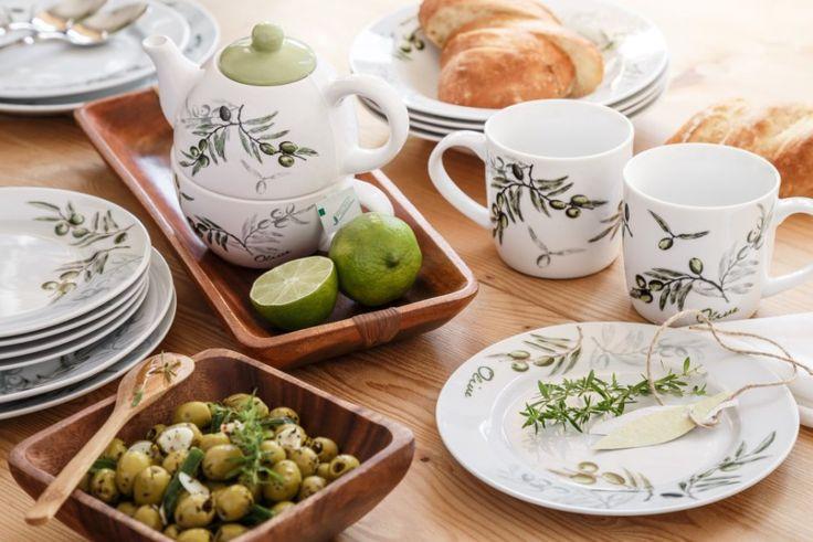 Kromě tipu na olivovou řadu, která zahrnuje hrnce, talíře, hrnečky, konvičky, tácy, prostírání a další šikovné věci, pro vás máme ještě recept na domácí naložené olivy. Naložte je den předem a vezměte s sebou na návštěvu.