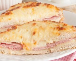 Croque-monsieur au jambon, gruyère et sauce béchamel allégée : http://www.fourchette-et-bikini.fr/recettes/recettes-minceur/croque-monsieur-au-jambon-gruyere-et-sauce-bechamel-allegee.html