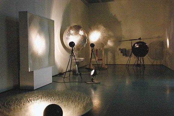 ZERO (Mack, Piene, Uecker). Lichtruimte, hommage aan Fontana, 1964. Installatie Stiftung Museum Kunstpalast, Düsseldorf. Verworven met steun van de Kulturstiftung der Länder, het ministerie van cultuur van de deelstaat Noordrijn-Westfalen en VEBA AG. c/o Pictoright Amsterdam 2015