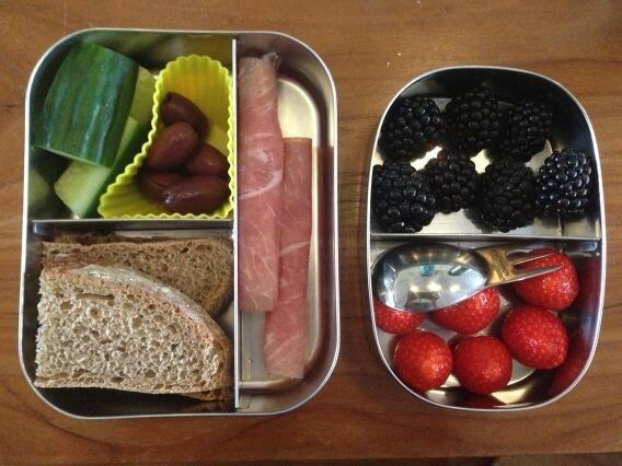 Bramen en aardbeien #meenaarschool en Lana is helemaal blij! Rauwe ham, brood, olijfjes en komkommer erbij