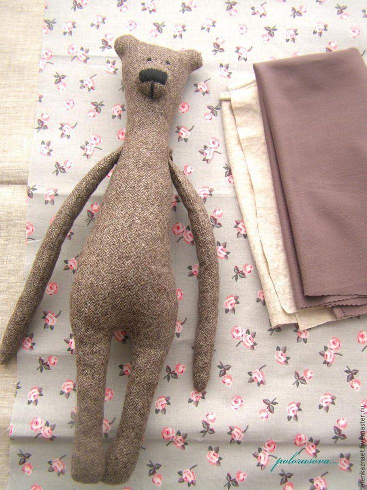 Сегодня я расскажу, как сшить милую парочку мишек — Гилберта и Энджи по мотивам мишек Philomena Kloss. Материалы и инструменты: - бумага; - ножницы; - карандаш; - нитки; - иголки; - булавки; - итальянская полушерсть (варианты: твид, кашемир, тонкий драп, костюмная ткань); - ткань для одежды: трикотаж, хлопок, лен, вельвет и так далее; - наполнитель (варианты: холлофайбер, синтепон, синтепух); -