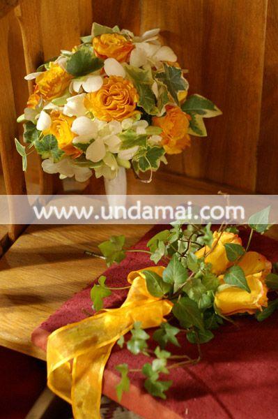 Buchet de nasa din trandafiri galbeni, orhidee albe si iedera