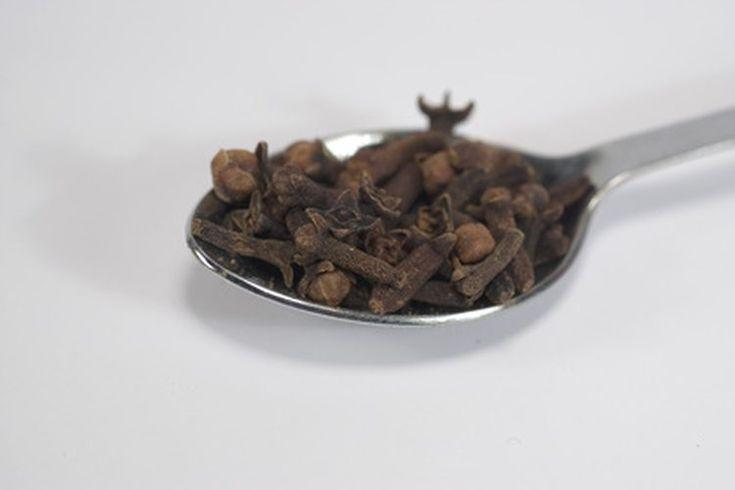 ¿Cómo hacer té de clavos?. El té de clavo es una buena opción para disfrutar de una bebida caliente nutritiva y sabrosa. Según WHFoods.comna el clavo de olor especia intensa disponible todo el año que ofrece una variedad de beneficios para la salud y su aceite es ampliamente vendido como un ...