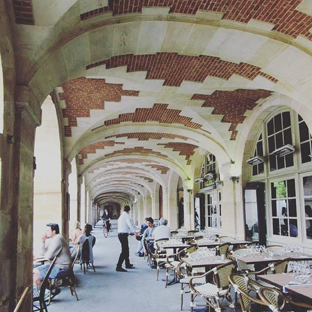🇫🇷 Place des Vosges #melbournelifelovetravel #placedesvosges #3rdarr #4tharr #lemarais #parisdining #parislife #pariscafes #walkingthrough