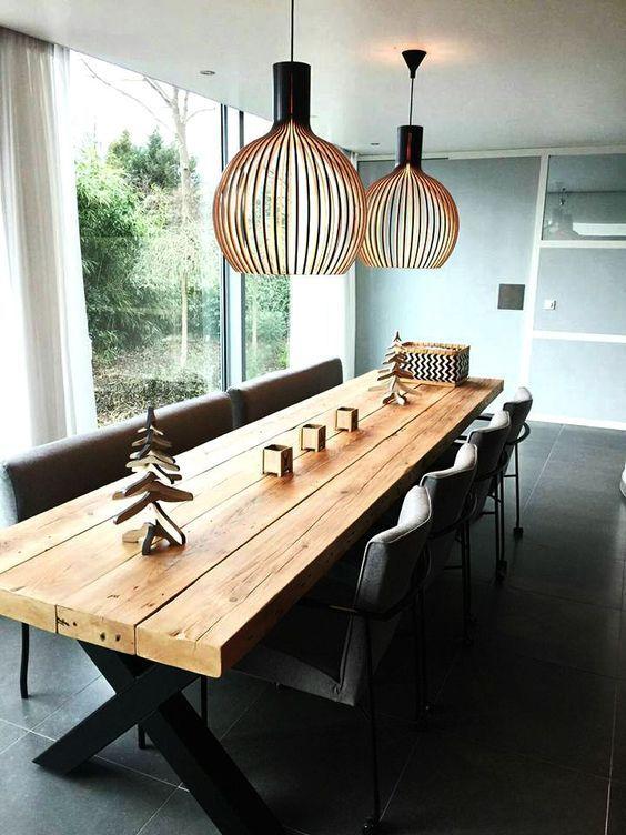Eettafel Timber Met Kruisframe Met Prachtige Lampen Van Secto
