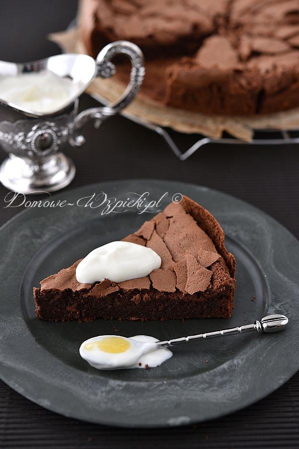 Ciasto czekoladowe bez dodatku mąki. Składa się tylko z czekolad, jajek, cukru i masła. Smaczne, mocno czekoladowe i do tego...