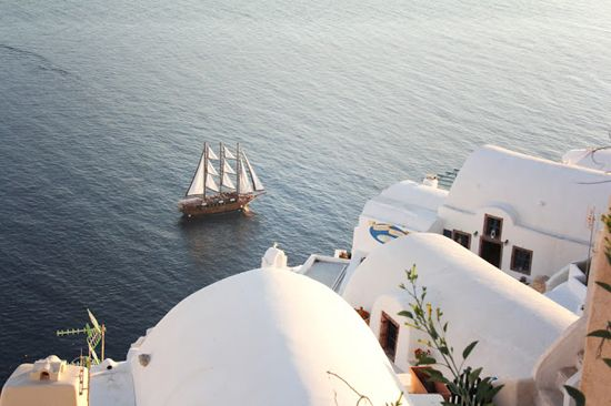 -folegandros- Snapshots of the tranquil pool of Anemi Hotel and the harsh cliffs to the sea dressed in a golden sunsetting light, both in Folegandros island in souther Aegean. Warm and nostalgic hues of Santorini island, captured by Liz of explore.dream.discover blog.