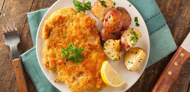 Veja a origem e aprenda a fazer Wiener schnitzel, bife à milanesa austríaco