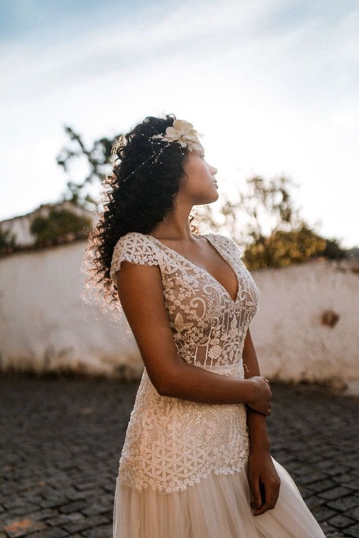 Penteados para noivas negras: inspirações e dicas imperdíveis | Beleza: penteados, maquiagem e manicure para noivas | Wedding hairstyles, Fall wedding hairstyles, Wedding dresses