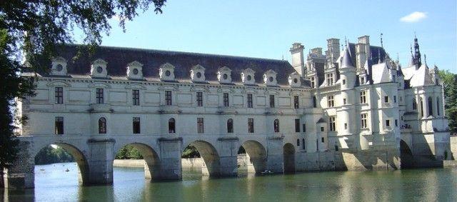 De Loire vallei is misschien wel de mooiste wijnstreek van Frankrijk. Het karakter van het landschap vindt men terug in de wijnen: zacht en plezierig om te drinken, charmant en licht. vroeger woonde de familie bordeaux er