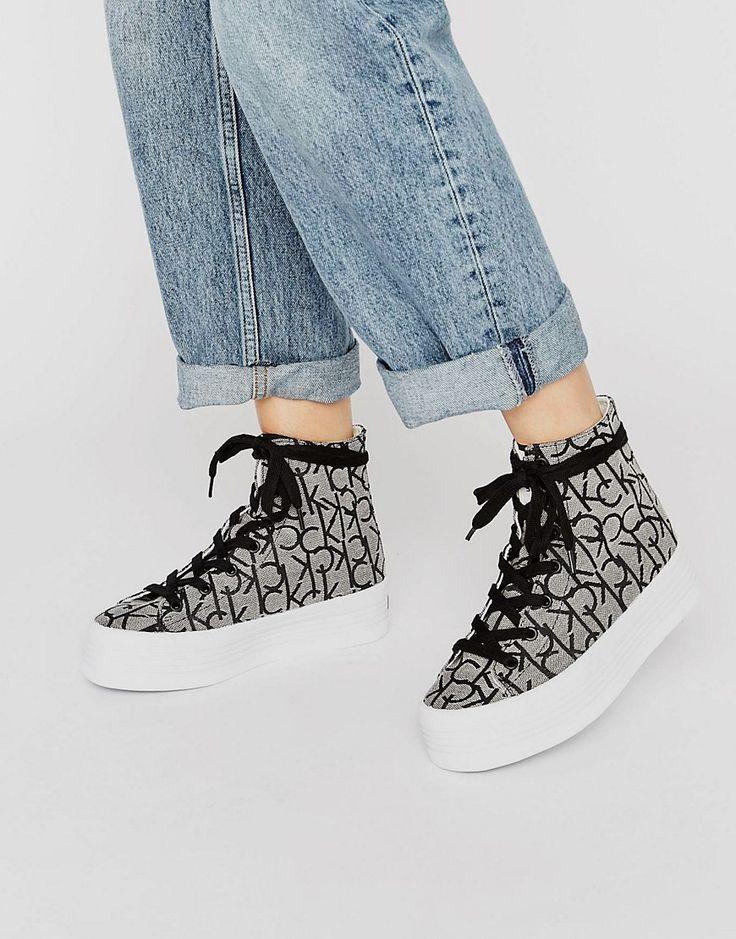 ¡Cómpralo ya!. Zapatillas hi-top con plataforma plana con logo CK Zabrina de Calvin Klein Jeans. Zapatillas de deporte de Calvin Klein, Exterior de tela, Cierre de cordones, Diseño abotinado, Diseño con logo bordado, Suela con plataforma plana, Dibujo texturizado, Eliminar las manchas con un paño suave, Exterior: 100% textil. ACERCA DE CALVIN KLEIN El epítome del estilo chic minimalista, Calvin Klein transmite su amor por las líneas puras y sin costuras en la colección de lencería y ...