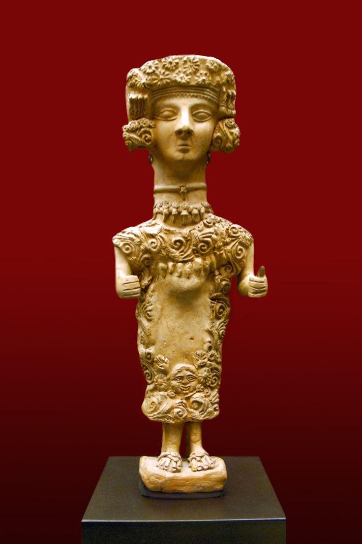 La Dama d'Ibiza, largement considérée comme représentant la déesse carthaginoise Tanit . Une autre fusion inhabituelle de styles, avec fleuri coiffure, colliers, et une robe en spirale avec une tête Gorgone près de l'ourlet. terre cuite moulée, 3 e siècle avant notre ère, nécropole punique de Puig des Molins, Ibiza.  Par Jean-Pierre Dalbéra, CC BY 2.0, https://commons.wikimedia.org/w/index.php?curid=12648349