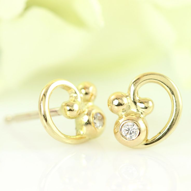 Galleri Castens - Elegant stud earring of gold w diamond & curl