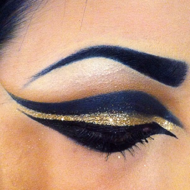 Dramatic Egyptian eye makeup.