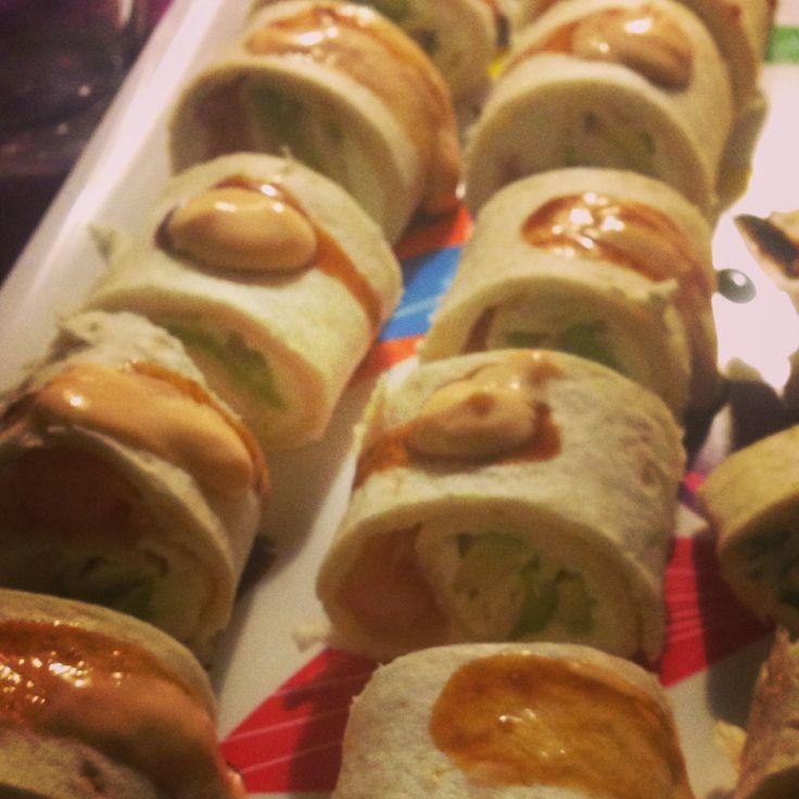 Min forret nytårsaften. Tortillias rullet med hjemmestegte tempurarejer, flødeost og avokado, toppet med chilimayo og unagisauce.