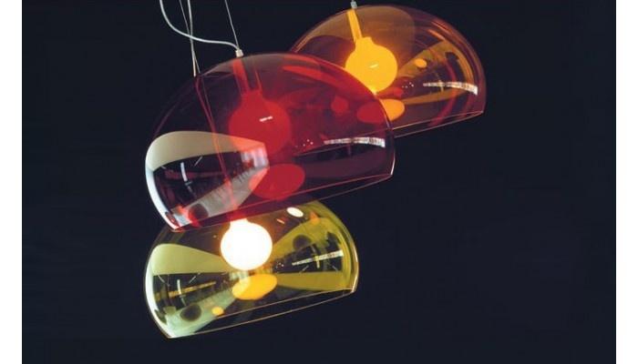 A luminária de teto Soláris, com sua lâmpada apontada para baixo, fornece uma forte iluminação direta sobre uma área. Muito utilizada em cozinhas e salas de jantar para maior iluminação.