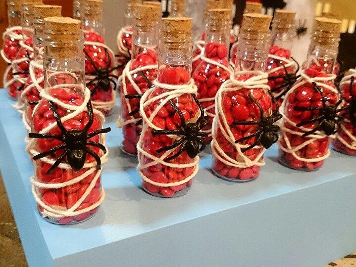 Essa garrafinha traz algo diferente... Confetes e tem uma #aranha para a mesa decorada com o tema #superherois.  Festa realizada no #buffetMiniland #MinilandBuffet  Miniland Buffet Infantil em São Paulo, SP