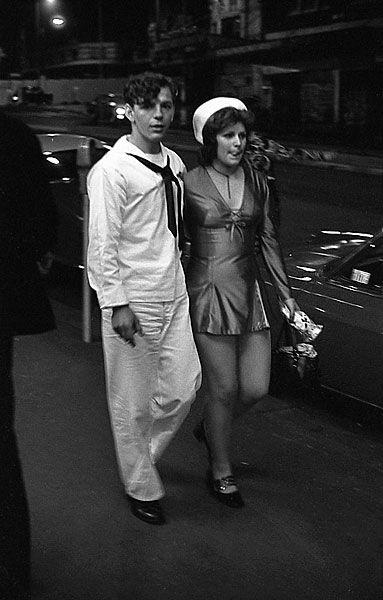 """ R & R in Kings Cross, Sydney, Australia "" … U. S. Navy Sailor with a local girl [Circa 1970-71] … Photographer: © Rennie Ellis Photographic Archive"