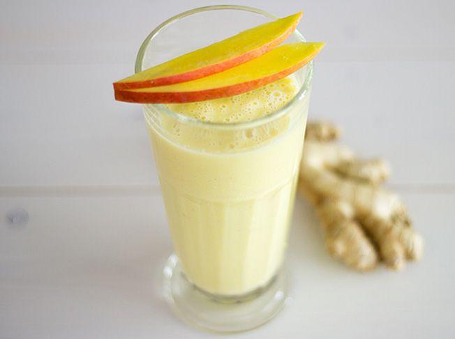 Mango-Bananen-Ingwer-Smoothie_ 1/2 Mango 1/2 Banane 120 ml gesüßte Mandelmilch 1 Schuss Orangensaft 40 g Naturjoghurt 1 Limette 3 Mandeln 0,5-1 cm breites Stück Ingwer
