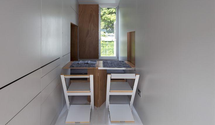 TINY HOUSE- L'architecte Leonardo Di Chiara a fait le pari de créer une micro maison, où seuls les éléments essentiels du quotidien ont leurs places. Il tente de convertir le vieux continent à ce concept américain. Vue de l'extérieur, cette maison en bois à roulettes semble être tout droit sortie d'un dessin animé. Pourtant, une …