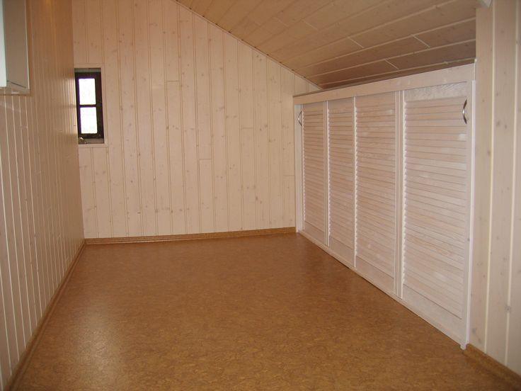 Korkverlegung - beim Dachausbau. Ebenso fertigten wir rechte Seite die Schränke an und vertäfelten die Wand mit Fichtebretter in weiß. Kompletter Innenausbau aus einer Hand.