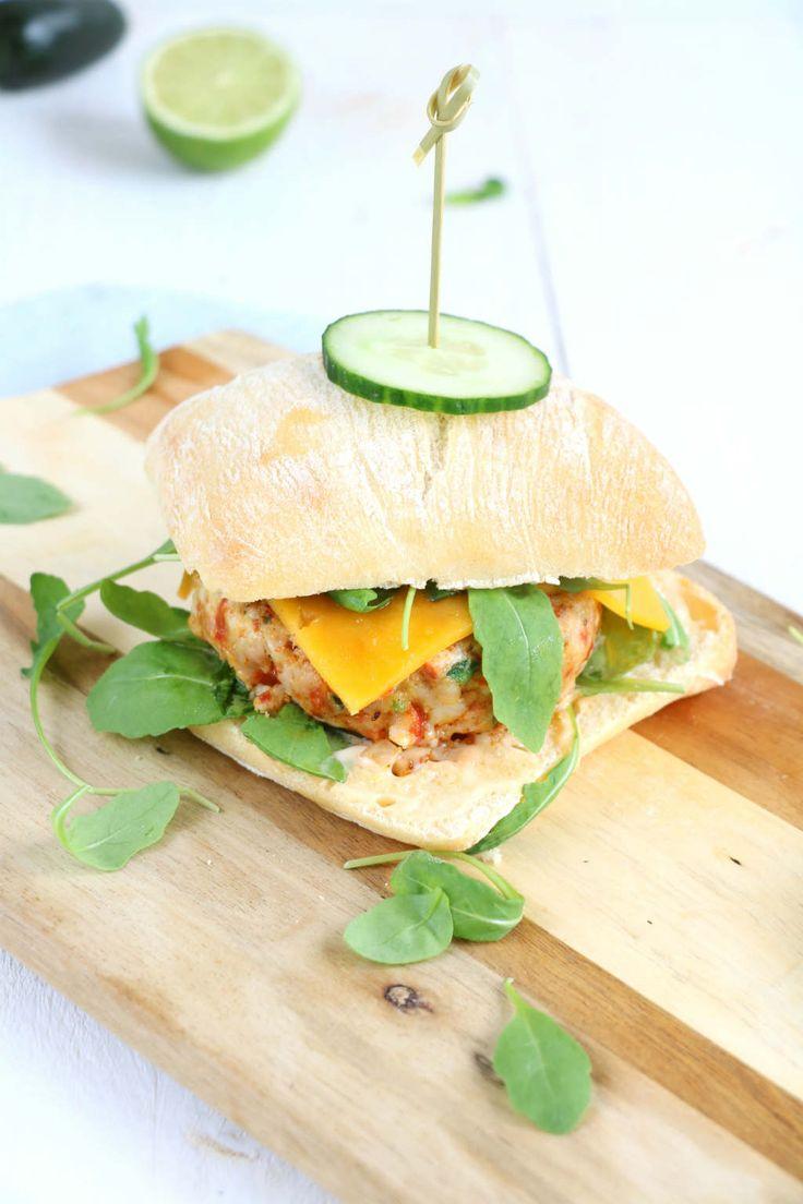 Zelf hamburgers maken is makkelijker dan je denkt. Deze chicken chorizo burger met limoen chili knoflook saus is te gek!