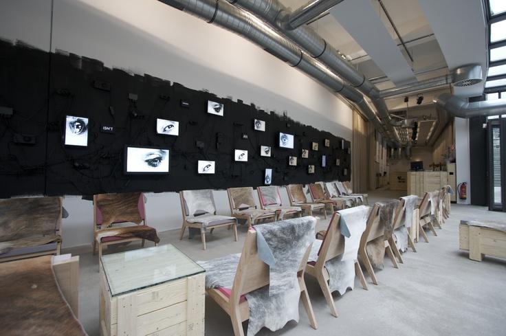 Quinze and Milan, sillón modelo Room26 con piel de vaca, realizado con estructura en madera de roble natural y asientos en espuma de poliuretano FoamQM. Mobiliario de diseño oficinas, hoteles, hogar, museos, bibliotecas y contract. (Espacio Aretha agente exclusivo para España).