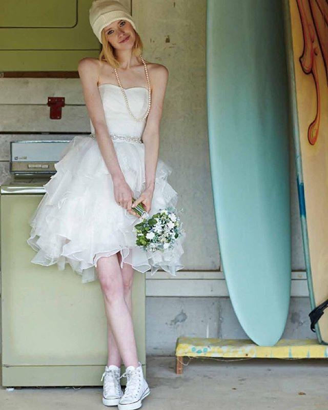 オーガンジーとレースを使ったふわふわのスカートが花嫁の可憐さを引き立てる。ミニドレスに似合うボブ・ミディアム・ショートの髪型の参考♡