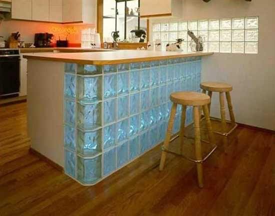 Bloques de vidrio para crear una división entre el área de ropas y la cocina. Una excelente idea para no perder la luz y ocultar el desorden del patio.