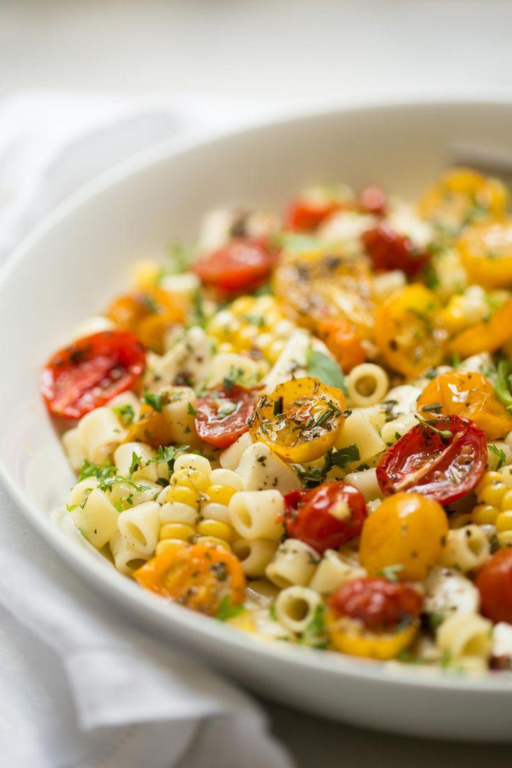 Knoblauch und Kräuter Gebratene Tomaten - diese unglaublich gut gewürzt gebratenen Tomaten sind wunderbar in Salaten, Pastagerichten, auf Pizzen, Sandwiches und eine Vielzahl von anderen Anwendungen!