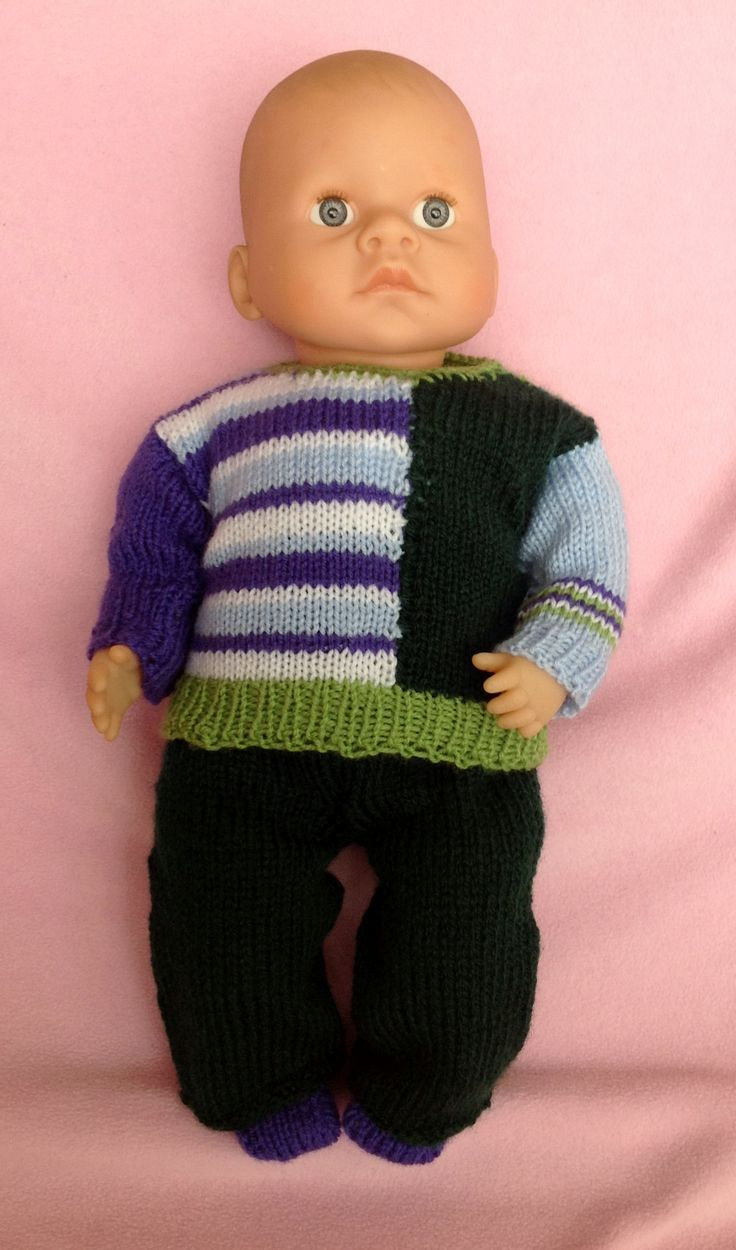 gebreid: veelkleurige trui, donkergroene broek en paarse sokjes.    Pop = 40 cm
