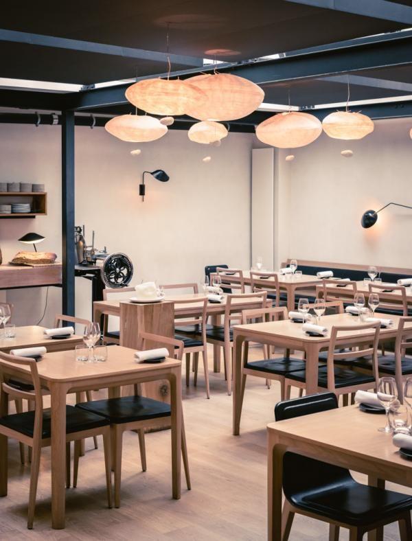 Le restaurant bénéficie d'un éclairage zénithal baignant de lumière la partie principale de la salle à manger © Jérôme Galland