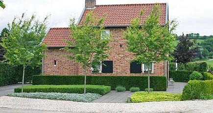 http://www.tuindesign-ten-horn.nl Tuinarchitect - tuinontwerp. Klassieke landelijke achtertuin met mooi weids uitzicht en een wat formelere voortuin (Limburg).