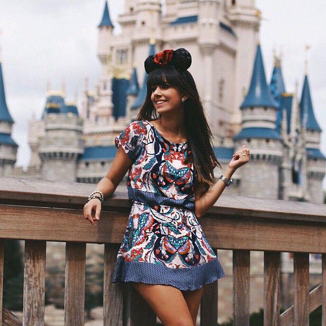 Mais uma do Magic Kingdom, o melhor parque para quem quer fotografar e também encontrar quase todos os personagens. Look by @luxiclovers , marca nova incrível que inaugura no dia 25 no Bom Retiro, São Paulo ❤️❤️❤️ Muito sucesso @luxiclovers #luxicviaja  #luxicemorlando #aerodisney15 #loveinspired