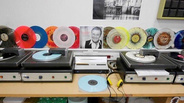 In der Schallplattenfabrik: So wird Vinyl zum Klingen gebracht / Qualitätskontrolle: ein Roboterjob - vier Plattenspieler spielen fertige Schallplatten ab. 24 Millionen Schallplatten produziert GZ Media (Loděnice , Tschechien) dieses Jahr, oder etwa 65'000 Stück am Tag. 30.11.2016