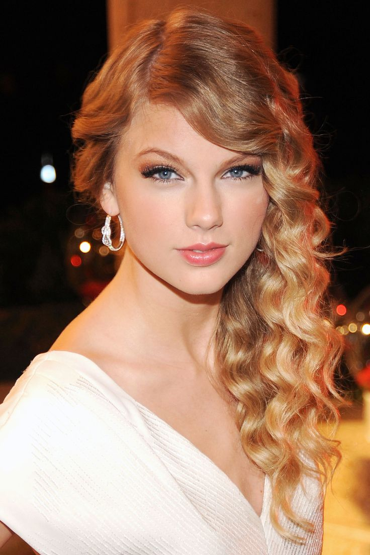 At the BMI Country Awards, Swift keeps it all to the side.   - HarpersBAZAAR.com
