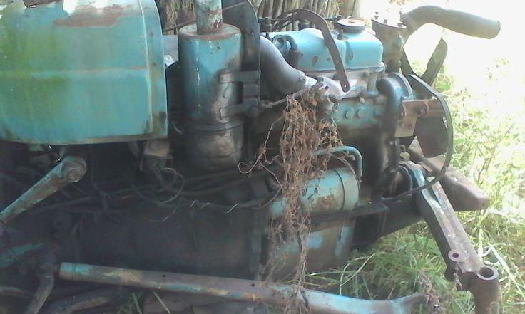 Antiguo tractor Fordson Dexta abandonado, motor Perkins 3.144 diésel.