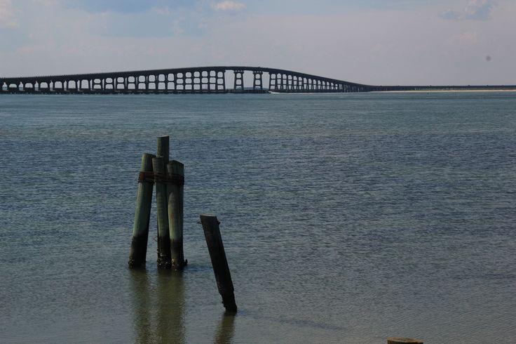 Le pont de la route qui traverse les îles des Outer Banks
