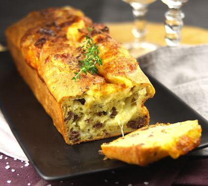 Préchauffez le four à 180 °C. (th. 6). Pelez les oignons et hachez-les. Faites-les poêler avec une cuillère à soupe d'huile et la viande hachée, jusqu'à évaporation du jus de cuisson. Dans une jatte, battez les œufs en omelette. Incorporez-y la farine et la levure. Sans cesser de mélanger, versez le reste d'huile et le lait. Salez et poivrez. Ajoutez dans cette pâte, tous les autres ingrédients, mélangez et versez dans un moule à cake beurré. Enfournez pour 45 minut.....