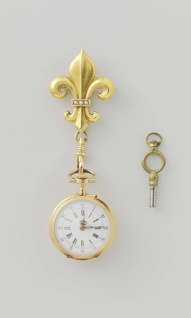Anonymous | Broche met horloge in foedraal, Anonymous, c. 1880 - c. 1900 | Horloge van goud met sleutel, hangend aan een fleur-de-lis. Versierd met parels. In een wijnrood etui.