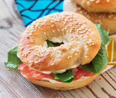 Ett spännande bröd som du kokar i sötat vatten istället för att grädda i ugn. En klassisk bagel serveras med cream cheese och rökt lax.