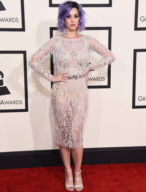 Katy Perry apostó por ir de corto con este vestido joya transparente de Zuhair Murad Couture. Unas sandalias metalizadas y unos largos pendientes hicieron el resto.