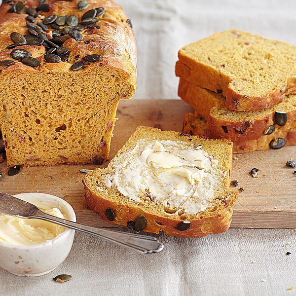 KÜRBIS-KARTOFFEL-BROT - Wer hätte gedacht, dass Kürbis und Kartoffeln zusammen ein leckeres Brot ergeben? Einfach unser Rezept ausprobieren und sich vom Geschmack überzeugen lassen!