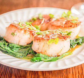 Coquilles met spinazie  Tijd: 10 min Recept voor: 1 persoon Ingrediënten: 150 g verse spinazie, gewassen en gedroogd. 0.5 ui, gesnipperd 1 teen knoflook, fijngehakt 150 g coquilles (ongeveer 5 stuks), drooggedept 1 el olijfolie