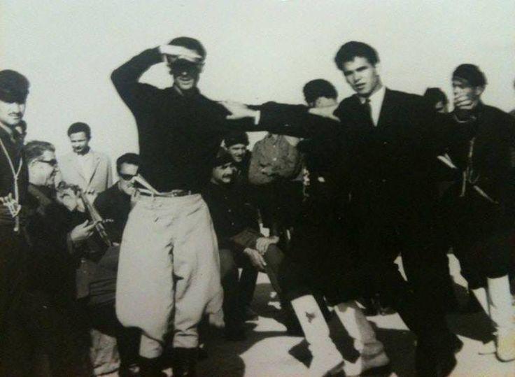 Στον ουρανό χορεύγουνε, στον Άδη κάνουν γάμο ...  Μια συλλεκτική φωτογραφία από το 1964. O Nίκος Ξυλούρης χορεύει με τον Βασίλη Σκουλά, υπό τους ήχους της λύρας του Δερμιτζογιάννη